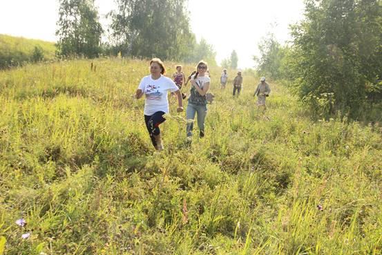 Утренняя пробежка по земле Сувар. Впереди учительница 33-ой школы города Чебоксары Лариса Ивановна Мышева