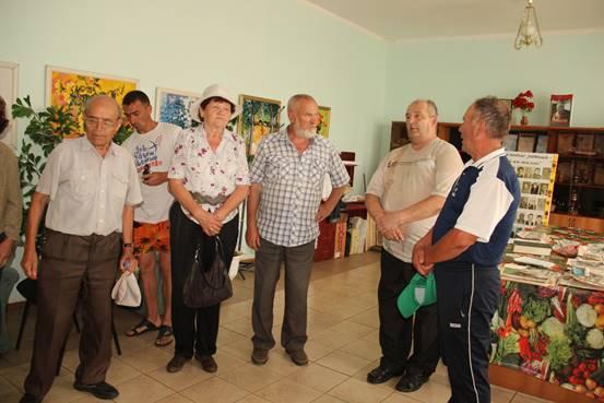 Заведующий музеем П.П. Хузангая Олег Витальевич Мурзин (второй справа) рассказывает о жизни и деятельности поэта.