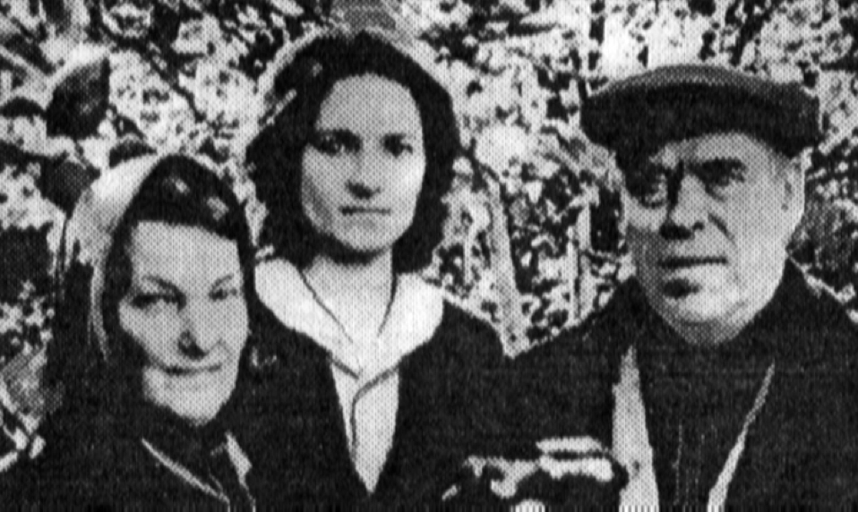 На снимке: (слева направо) Таисия Петровна – жена Элле, Аня – племянница, Кузьма Васильевич Элле. Фото 60-ых годов прошлого века.